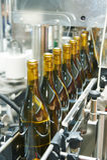 Rozlewnicza i pieczęciowa konwejer linia przy wytwórnii win fabryką Obrazy Royalty Free