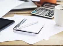 Rozliczać narzędzia z agendą, kalkulatorem i piórem, Biurowy Financia Obraz Royalty Free