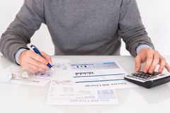 Rozliczać rachunku papier tworzy na stołowym zbliżeniu fotografia royalty free