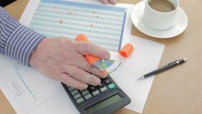 Rozlicza przy jego biurkiem używać highlighter na spreadsheet zbiory