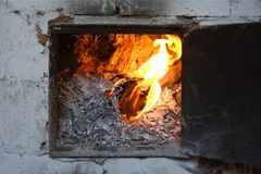 Rozliczający biznesowi dokumenty palą na ogieniu w piekarniku obrazy stock