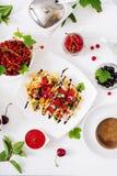Rozmaitość Belgijscy opłatki z jagodami, czekoladą i syropem, zdjęcia royalty free