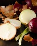 Rozmaitość cebule z swój plewą na czerni Zdjęcia Royalty Free