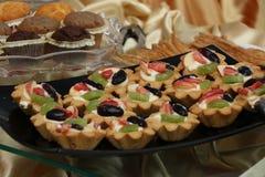Rozmaitość ciastek ciastka na szklanym talerzu Kwiecisty lodowacenie dekorujący ciastka 21 2017 LIPIEC Zdjęcie Royalty Free