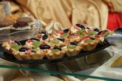 Rozmaitość ciastek ciastka na szklanym talerzu Kwiecisty lodowacenie dekorujący ciastka 21 2017 LIPIEC Fotografia Royalty Free