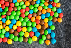 Rozmaitość cukierki na cajgu tle z przestrzenią dla teksta Obraz Stock