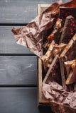 Rozmaitość czekoladowi bary w drewnianym pudełku obrazy royalty free