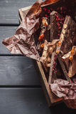Rozmaitość czekoladowi bary w drewnianym pudełku fotografia royalty free