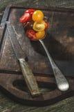 Rozmaitość czereśniowi pomidory w łyżce Zdjęcia Stock