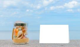 Rozmaito?? denne skorupy w szklanym s?oju i seascape na tle z kopii przestrzeni? fotografia royalty free