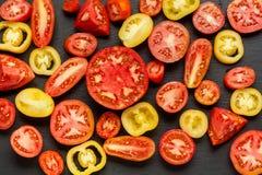 Rozmaitość dojrzałych świeżych organicznie ogrodnictwo pomidorów różny rodzaj i kolory z liśćmi w drewnianej tacy wodnego punktu  zdjęcia stock