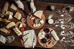 Rozmaitość francuscy sery z różnymi pikantność na drewnianej deski tle szef kuchni pojęcia karmowa świeża kuchni oleju oliwka nad Zdjęcie Stock