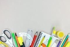 Rozmaitość szkolne dostawy z ołówkami, notatnik, markiery na gr obraz stock
