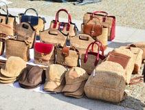 Rozmaitość torby i pamiątki robić od dębu korka przy ulicznym rynkiem przy Lisbon, Portugalia fotografia stock