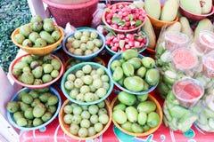 Rozmaitość tropikalna owoc na koszu dla bubla Na przy dokrętką, Bangkok, Tajlandia Zdjęcia Stock