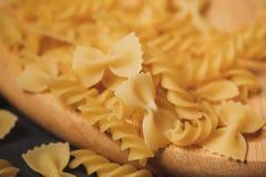 Rozmaitość typ i kształty suchy Włoski makaron na ciemnym backgro Obrazy Royalty Free