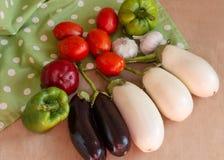 Rozmaitość warzywa na drewnianego stołowego tła odgórnym widoku zdjęcia stock