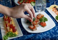 Rozmaitość wyśmienicie naczynia na talerzach na błękitnym tablecloth przy restauracją Obrazy Royalty Free