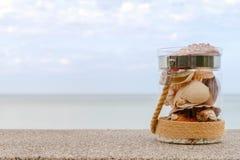 Rozmaito?? denne skorupy w szklanym s?oju i seascape na tle z kopii przestrzeni? Wakacyjny poj?cie obrazy stock