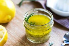Rozmarynów i czosnku cytryny sałatkowy opatrunek Zdjęcia Royalty Free