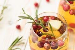 Rozmarynowego cranberry biały sangria z jabłkami Fotografia Royalty Free