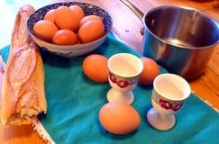 Rozmaryny i tymiankowa zielarska herbata na stole Zdjęcie Stock