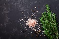 Rozmaryny zasadzają, menchii sól i pikantność na czerń kamienia stołowym odgórnym widoku z kopii przestrzenią dla menu lub przepi zdjęcia stock