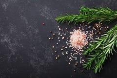 Rozmaryny zasadzają, sól i pikantność na czerń kamienia stołowym odgórnym widoku z kopii przestrzenią dla menu lub przepisu, mies obraz stock