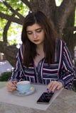 Rozmiar kobiety biznesu stylu miasta ulicy kawowa kawiarnia obraz stock