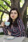 Rozmiar kobiety biznesu stylu miasta ulicy kawowa kawiarnia zdjęcie royalty free