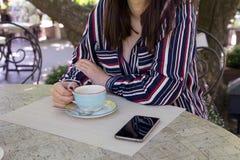 Rozmiar kobiety biznesu stylu miasta ulicy kawowa kawiarnia zdjęcia stock