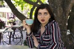 Rozmiar kobiety biznesu zmysłowego emocjonalnego stylu miasta kawowy st zdjęcia stock