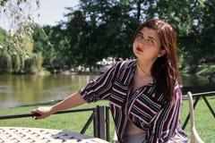 Rozmiar kobiety biznesu zmysłowego emocjonalnego stylu miasta kawowy str obrazy stock