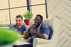 Rozmowa dwa multiracial ucznia fotografia stock