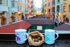 Rozmyślający gluhwein wino, Punsch, piec kasztany przy bożymi narodzeniami Wprowadzać na rynek w Innsbruck, Austria Obrazy Stock