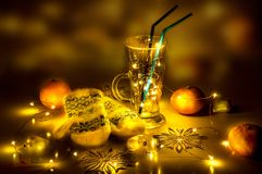 Rozmyślający wina szkło z magią zaświeca w nim Zdjęcie Royalty Free