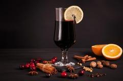 Rozmyślający wino, gorący napój na czarnym tle obraz stock