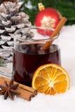 Rozmyślający wino na bożych narodzeniach w zima alkoholu gorącym napoju z śniegiem Fotografia Stock
