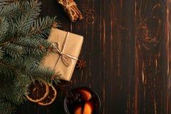 Rozmyślający wino, prezent i pikantność na stole obok drzewa, Pojęcie boże narodzenia i nowy rok, wystrój obrazy stock
