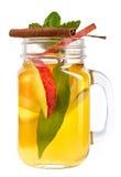 Rozmyślający wino w szkle z cynamonowym kijem, jabłkiem i mennicą, Gorący nagrzanie napój Zdjęcia Royalty Free