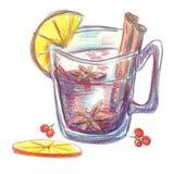 Rozmyślający wino w szkle z cynamonowymi majcherami Fotografia Stock