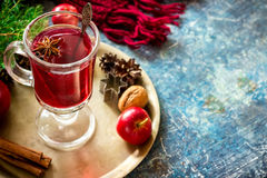 Rozmyślający wino z jabłkami, dokrętkami i pikantność na miedzianej tacy, zdjęcia stock