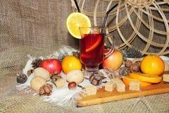 Rozmyślający wino z pikantność i owoc na drewnianym tle Boczny widok zdjęcie stock