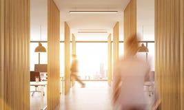 Rozmyci biznesmeni chodzi w biurze Fotografia Royalty Free