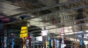Rozmyci ludzie odbicie cienia na dżdżystej miasto ulicie Obrazy Stock