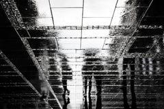 Rozmyci ludzie odbicie cienia na dżdżystej miasto ulicie Fotografia Royalty Free