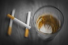 Rozmyci papierosy i szkło alkohol tworzy słowo ŻADNY obrazy stock