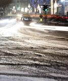 Rozmyta śnieżna miasto ulica z opona śladami i napędowi samochody zaświecamy obrazy royalty free