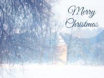 Rozmyta i abstrakcjonistyczna magiczna zima krajobrazu fotografia z powitanie tekstem: Wesoło boże narodzenia błyskotliwości narz Obrazy Royalty Free