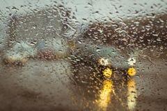Rozmyta samochodowa sylwetka widzieć przez wodnych kropel Obrazy Royalty Free